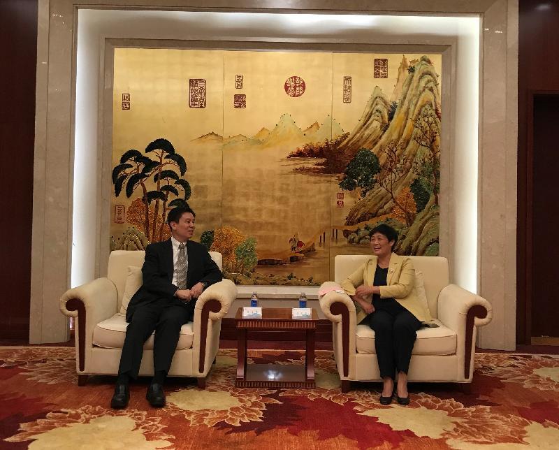 香港特別行政區政府駐武漢經濟貿易辦事處主任馮浩賢到訪湖北省咸寧市赤壁市。圖示馮浩賢(左)十月二十八日與咸寧市副市長汪凡非會面。