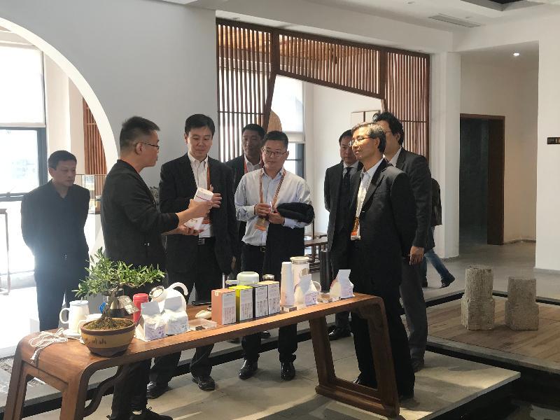 香港特別行政區政府駐武漢經濟貿易辦事處主任馮浩賢到訪湖北省咸寧市赤壁市。圖示馮浩賢(前排左二)十月二十九日探訪赤壁市當地港資企業。
