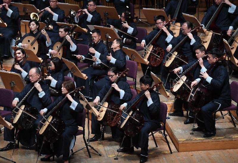 「香港節2019--藝匯上海」今晚(十一月一日)在上海交響樂團音樂廳揭幕。圖示開幕節目香港中樂團「都會交響」音樂會,由樂團藝術總監閻惠昌執棒,以經典名家及跨越傳統為主題,為觀眾表演多首經典曲目。