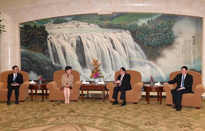 行政長官林鄭月娥(左二)今日(十一月一日)在上海與上海市委書記李強(右二)會面。政制及內地事務局局長聶德權(左一)及上海市市長應勇(右一)亦有出席。