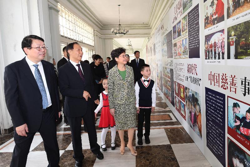 行政長官林鄭月娥(左三)今日(十一月一日)在上海參觀中國福利會。旁為中國福利會主席王家瑞(左二)。