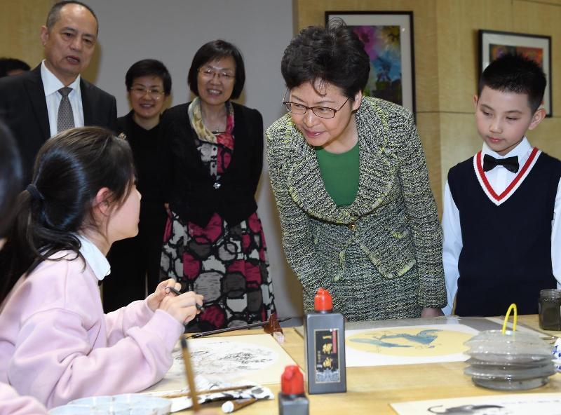行政長官林鄭月娥(右二)今日(十一月一日)在上海參觀中國福利會。