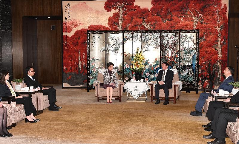 行政長官林鄭月娥(左三)今日(十一月二日)在南京與江蘇省委書記婁勤儉(右二)會面。政制及內地事務局局長聶德權(左二)及江蘇省副省長樊金龍(右一)亦有出席。