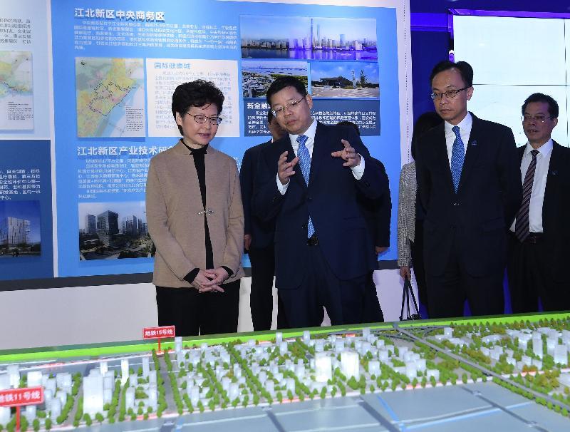 行政長官林鄭月娥(左一)今日(十一月三日)在南京參觀江北新區規劃展示館,聽取江北新區發展的介紹。旁為政制及內地事務局局長聶德權(左三)。