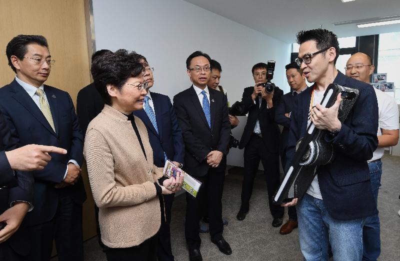 行政長官林鄭月娥今日(十一月三日)在南京參觀「青享家 ∙ 蘇港(國際)青年創新創業基地」。圖示林鄭月娥(左二)與青年企業家交流。旁為政制及內地事務局局長聶德權(左四)。