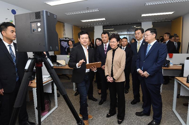 行政長官林鄭月娥今日(十一月三日)在南京參觀「青享家 ∙ 蘇港(國際)青年創新創業基地」。圖示林鄭月娥(前排右二)與青年企業家交流。
