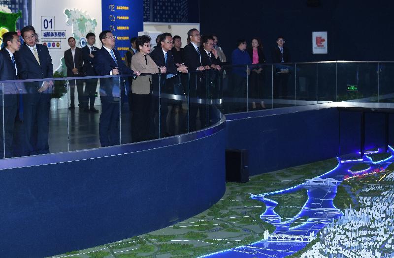 行政長官林鄭月娥(左四)今日(十一月三日)在南京參觀江北新區規劃展示館,聽取江北新區發展的介紹。旁為政制及內地事務局局長聶德權(左五)。