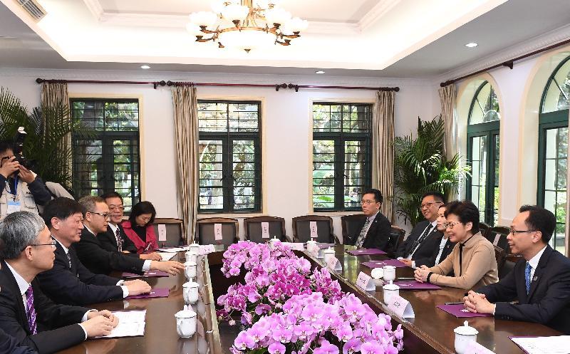 行政長官林鄭月娥(右二)今日(十一月三日)到訪南京大學,與南京大學黨委書記胡金波(左二)及校長呂建教授(左一)會面。政制及內地事務局局長聶德權(右一)亦有出席。