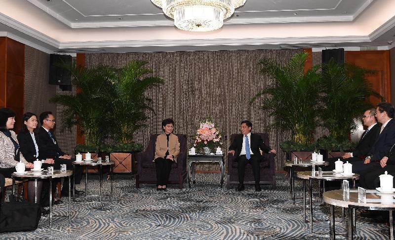 行政長官林鄭月娥(左四)今日(十一月三日)在南京與南京市委書記張敬華(右三)會面。政制及內地事務局局長聶德權(左三)亦有出席。