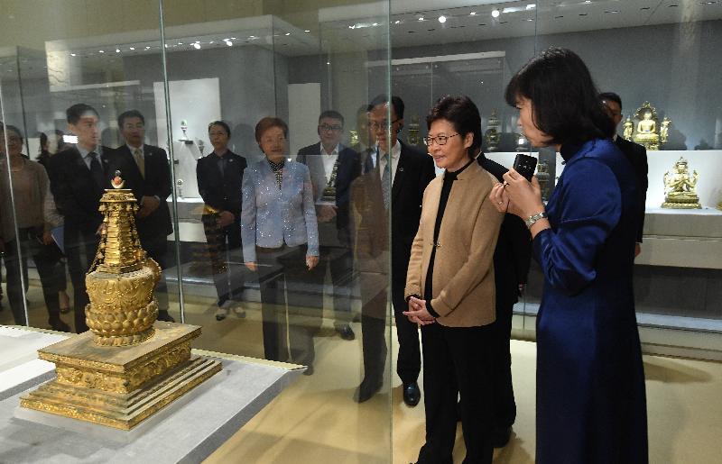 行政長官林鄭月娥(右二)今日(十一月三日)參觀南京博物院。
