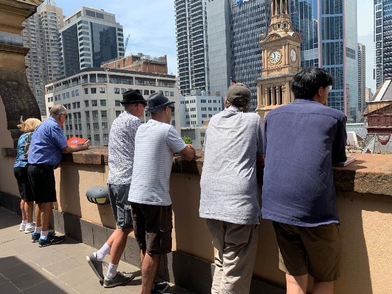 香港駐悉尼經濟貿易辦事處所在的香港樓昨日(悉尼時間十一月三日)再一次參與Sydney Open。訪客從香港樓五樓露台欣賞悉尼市政廳的建築特色。