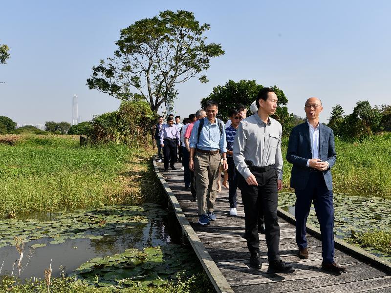 行政會議(行會)非官守議員今日(十一月四日)視察后海灣一帶濕地和鄰近的棕地。圖示行會成員參觀米埔自然護理區。