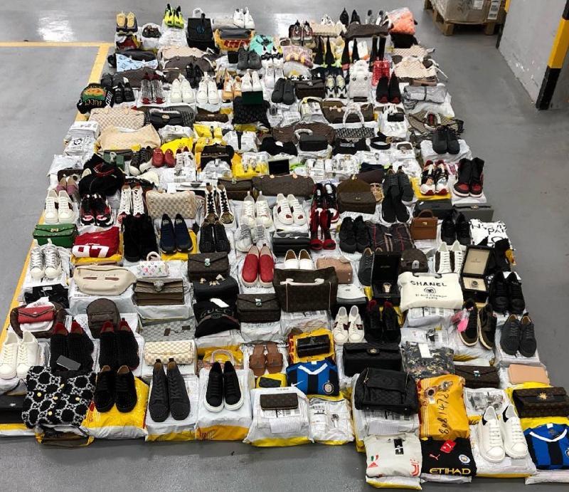 香港海關九月至十月期間採取針對性專項行動,打擊以歐盟成員國為目的地的跨境冒牌物品活動,檢獲共約八千一百件懷疑冒牌物品,估計市值約一百二十五萬元。圖示部分檢獲的懷疑冒牌物品。