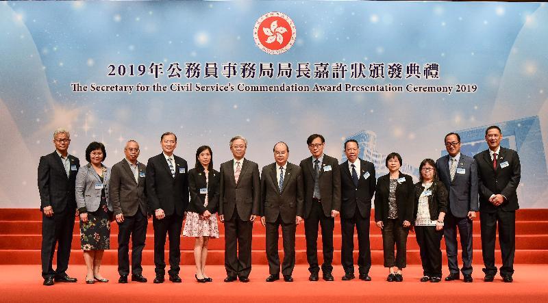 署理行政長官張建宗今日(十一月五日)出席在香港會議展覽中心舉行的公務員事務局局長嘉許狀頒發典禮。圖示張建宗(右七)和公務員事務局局長羅智光(左六)與獲獎公務員合照。