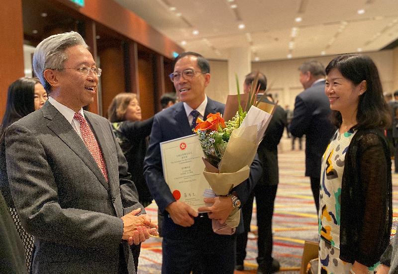 公務員事務局局長羅智光(左)今日(十一月五日)在公務員事務局局長嘉許狀頒發典禮祝賀獲獎的公務員。