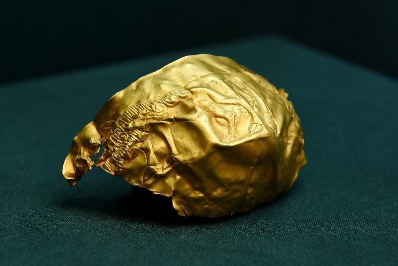 「塵封璀璨──阿富汗古文物」展覽開幕典禮今日(十一月五日)在香港歷史博物館舉行。圖示法羅爾丘地出土,黃金製的公牛紋金碗殘片(公元前二二○○年至公元前一九○○年)。