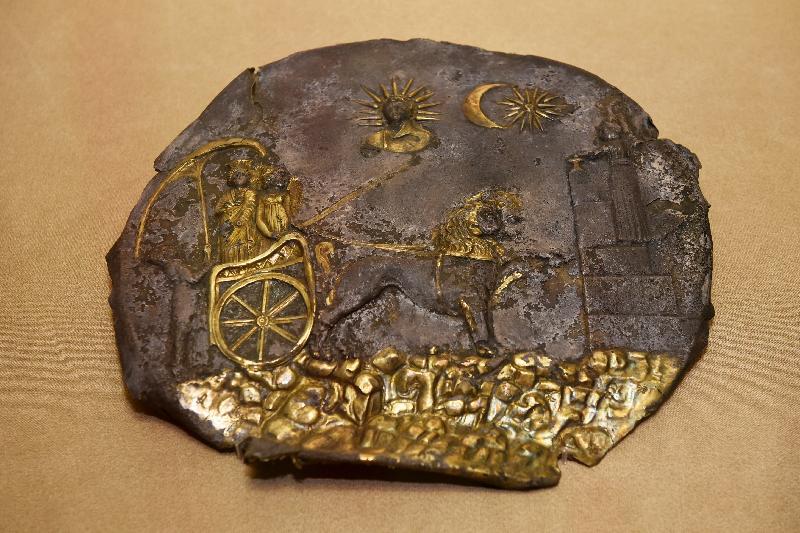 「塵封璀璨──阿富汗古文物」展覽開幕典禮今日(十一月五日)在香港歷史博物館舉行。圖示阿伊哈努姆神廟遺址出土的「西布莉圖案飾板」(公元前三世紀)。