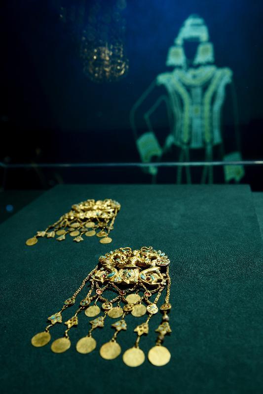 「塵封璀璨──阿富汗古文物」展覽開幕典禮今日(十一月五日)在香港歷史博物館舉行。圖示蒂拉丘地出土的「君主與龍吊飾」(公元二十五年至五十年)。
