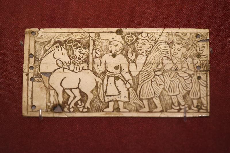 「塵封璀璨──阿富汗古文物」展覽開幕典禮今日(十一月五日)在香港歷史博物館舉行。圖示貝格拉姆出土,繪有佛教《本生經》故事的象牙雕板(公元一世紀)。