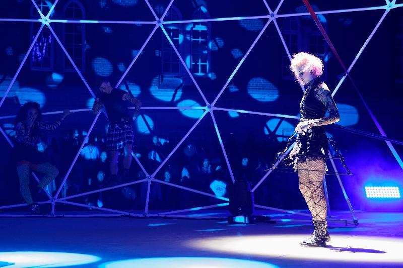 由北歐歌手、香港芭蕾舞團舞者及海外雜技藝人演出的多媒體製作《豌豆公主(電幻版)》,十一月八至十日每晚於香港文化中心露天廣場上演。這齣現代童話故事會於球型裝置的舞台演出,配合別出心裁的燈光和煙火效果。