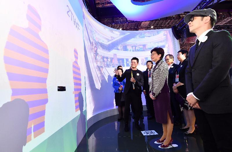 行政長官林鄭月娥今日(十一月五日)下午在上海參觀中國國際進口博覽會。圖示林鄭月娥(右四)在香港地區展示區觀看互動遊戲投影牆。