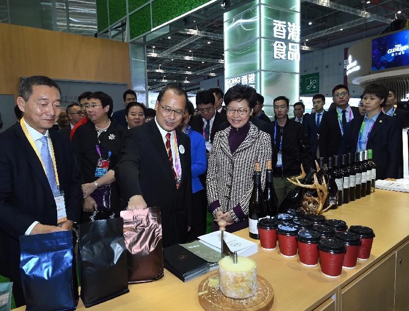 行政長官林鄭月娥今日(十一月五日)下午在上海參觀中國國際進口博覽會。圖示林鄭月娥(前排右)、香港中華總商會會長蔡冠深博士(前排中)及其他嘉賓參觀香港企業商業展。