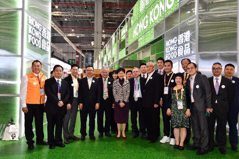 行政長官林鄭月娥今日(十一月五日)下午在上海參觀中國國際進口博覽會。圖示林鄭月娥(前排左六)、香港貿易發展局主席林建岳博士(前排左七)及其他嘉賓在香港企業商業展合照。
