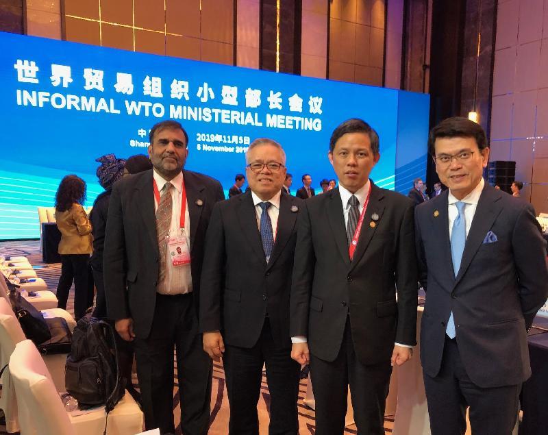 商務及經濟發展局局長邱騰華今日(十一月五日)下午於上海出席世界貿易組織小型部長會議。圖示邱騰華(右一)與(右起)新加坡貿工部長陳振聲、菲律賓貿易和工業部部長Ramon Lopez及印度商工部商務秘書Anup Wadhawan合照。