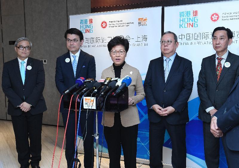 行政長官林鄭月娥(中)今日(十一月五日)在商務及經濟發展局局長邱騰華(左二)、香港貿易發展局主席林建岳博士(右二)、香港出口商會會長鮑潔鈞(右一)及香港中小企業總商會會長巢國明(左一)陪同下在上海會見傳媒。