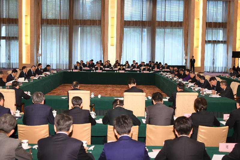 行政長官林鄭月娥(右六)今日(十一月六日)在北京以成員身分出席國務院副總理韓正(左三)主持召開的粵港澳大灣區建設領導小組會議。