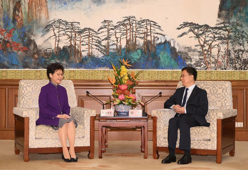 行政長官林鄭月娥(左)今日(十一月六日)上午在北京獲國務院副總理韓正(右)接見。