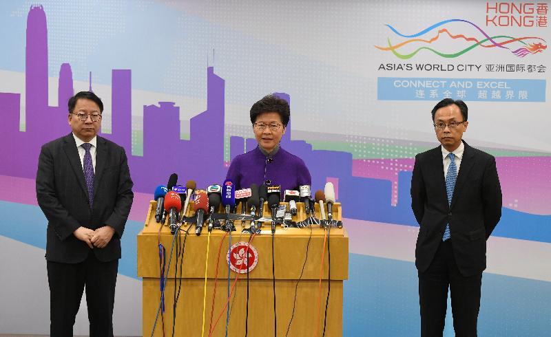行政長官林鄭月娥(中)今日(十一月六日)在北京會見傳媒。旁為政制及內地事務局局長聶德權(右)和行政長官辦公室主任陳國基(左)。