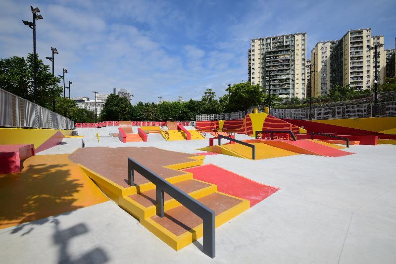 康樂及文化事務署轄下荔枝角公園的極限運動場已改建為符合國際標準的「街式」滑板場,並於今日(十一月九日)正式啟用。改建後的滑板場可供滑板、特技直排滑輪、自由花式滑板車和自由花式小輪車使用。