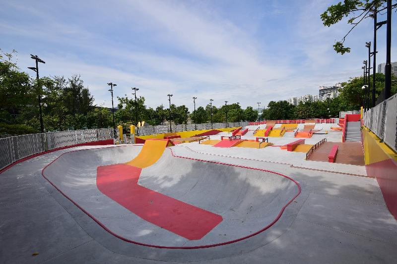 康樂及文化事務署轄下荔枝角公園的極限運動場已改建為符合國際標準的「街式」滑板場,並於今日(十一月九日)正式啟用。圖示供極限運動使用的碗型場地。