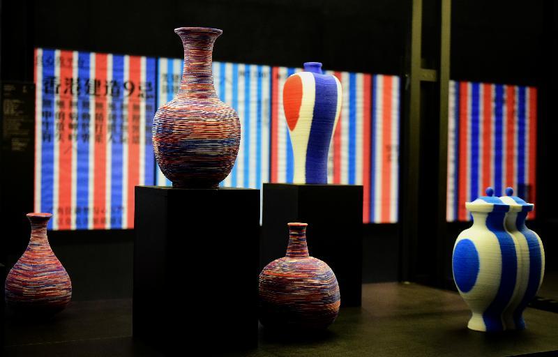 「時間的見證/又一山人 X 黃炳培/四十年創意展」今日(十一月九日)在香港文化博物館舉行開幕禮。圖示設計師黃炳培以又一山人身分創作的《紅白藍無限》個人作品。