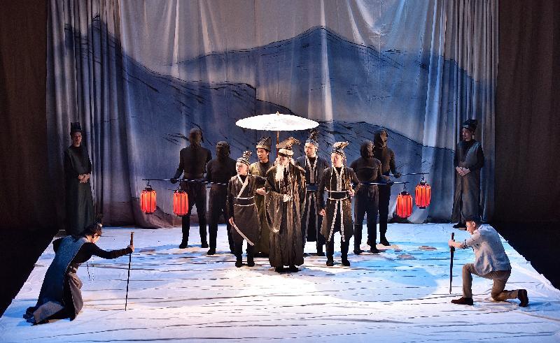 鄧樹榮戲劇工作室十一月十二日在武漢403國際藝術中心紅椅劇場演出莎士比亞名著《麥克白的悲劇》。圖示《麥克白的悲劇》演出場景。