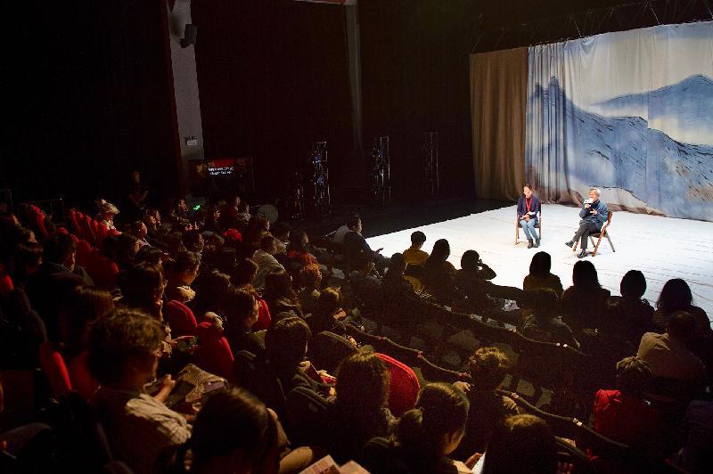 鄧樹榮戲劇工作室十一月十二日在武漢403國際藝術中心紅椅劇場演出莎士比亞名著《麥克白的悲劇》。圖示表演團隊與觀眾交流。