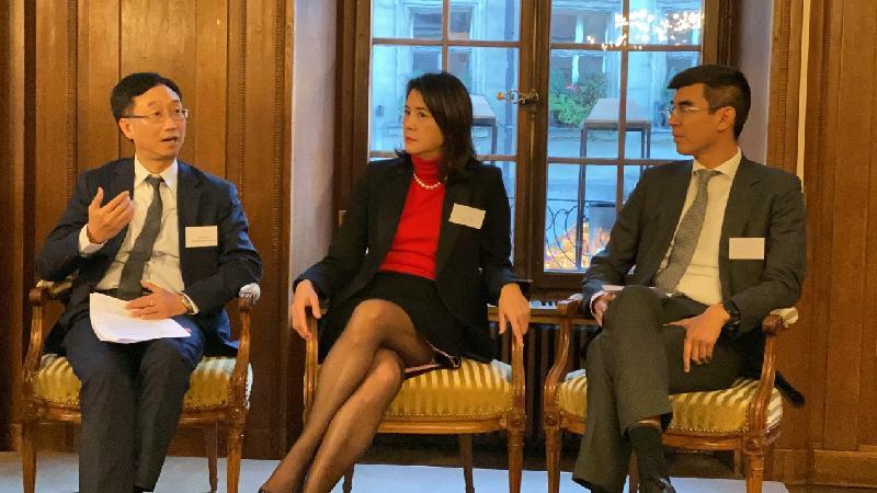 香港金融管理局高級助理總裁劉應彬(左)昨日(十一月十二日)在瑞士伯恩舉行的香港與瑞士金融研討會推介香港的金融服務平台,並鼓勵瑞士私人銀行業利用香港的既有優勢把握新機遇。旁為私人財富管理公會行政委員會主席盧彩雲(中)及寶盛集團策略及併購部主管Oliver Kuan(右)。