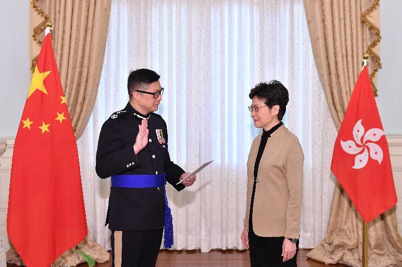 新任警務處處長鄧炳強(左)今日(十一月十九日)在行政長官林鄭月娥(右)監誓下宣誓就職。
