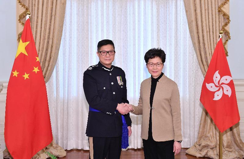 行政長官林鄭月娥(右)今日(十一月十九日)與新任警務處處長鄧炳強(左)合照。