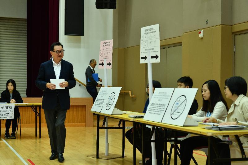 選舉管理委員會主席馮驊法官(左二)今日(十一月十九日)視察位於禮頓山社區會堂的模擬投票站,並示範區議會一般選舉的正確投票程序。