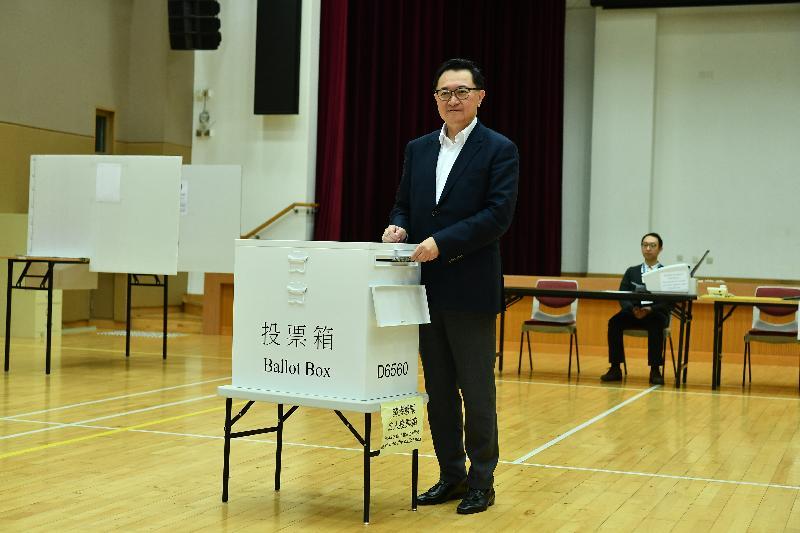 選舉管理委員會主席馮驊法官今日(十一月十九日)視察位於禮頓山社區會堂的模擬投票站,並示範區議會一般選舉的正確投票程序。
