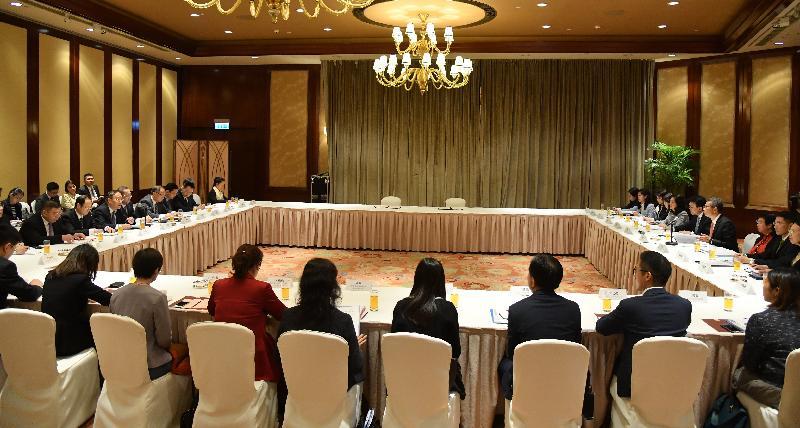財政司司長陳茂波(右四)與國家商務部副部長王炳南(左三)今日(十一月二十一日)在香港共同主持內地與香港經貿合作委員會第二次會議,商務及經濟發展局局長邱騰華(右五)、商務及經濟發展局常任秘書長(工商及旅遊)利敏貞(右三)、「一帶一路」專員葉成輝(右二)和工業貿易署署長甄美薇(右六)亦有出席。