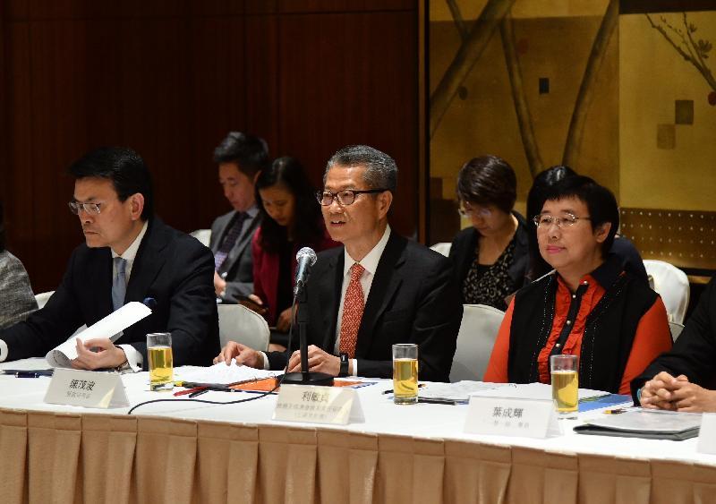 內地與香港經貿合作委員會今日(十一月二十一日)在香港舉行第二次會議。圖示財政司司長陳茂波(前排中)在會上發言,旁為商務及經濟發展局局長邱騰華(前排左)及商務及經濟發展局常任秘書長(工商及旅遊)利敏貞(前排右)。