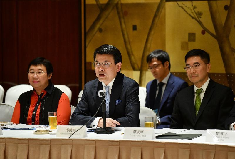 內地與香港經貿合作委員會下成立的內地與香港「一帶一路」建設合作專責小組今日(十一月二十一日)舉行高層會議。圖示商務及經濟發展局局長邱騰華(前排中)在會上發言,旁為商務及經濟發展局常任秘書長(工商及旅遊)利敏貞(前排左)和「一帶一路」專員葉成輝(前排右)。