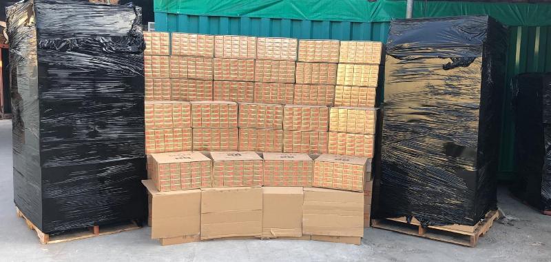 香港海關今日(十一月二十一日)在大埔檢獲約一千一百四十萬支懷疑私煙,估計市值約三千一百萬元,應課稅值約二千一百萬元。這是海關過去三年破獲最大宗的私煙案件。
