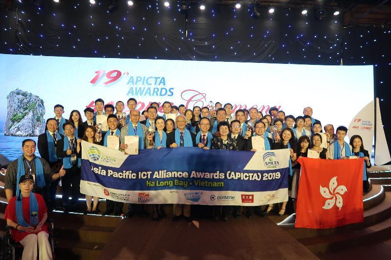香港代表團在第十九屆亞太資訊及通訊科技大獎獲得佳績。圖示政府資訊科技總監林偉喬(前排左八)與代表團十一月二十二日於越南下龍舉行的頒獎禮後留影。