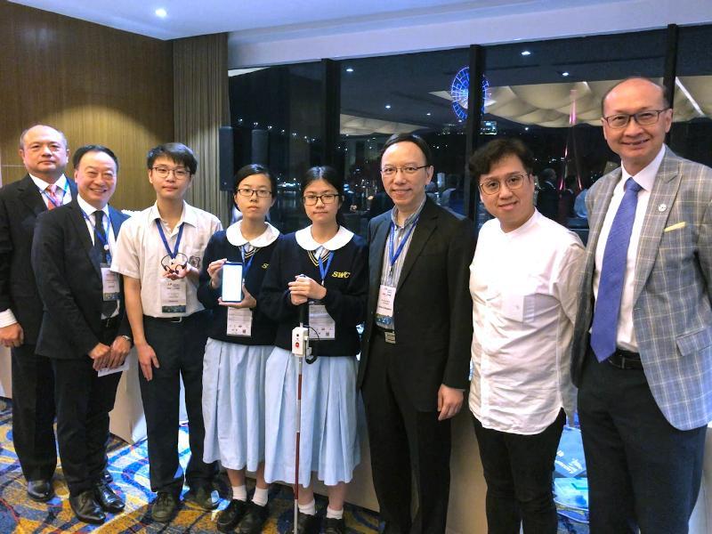 政府資訊科技總監林偉喬(右三)十一月二十一日出席在越南下龍舉行的「香港之夜」活動,為第十九屆亞太資訊及通訊科技大獎的香港代表打氣。圖示林偉喬與香港參賽者和其他嘉賓合照。