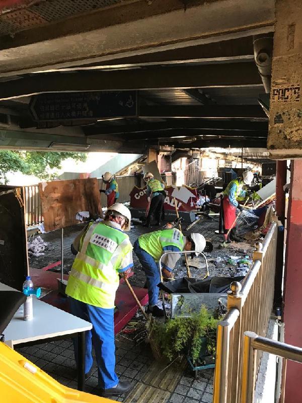 相關政府部門動員三百八十名人員,為受嚴重破壞的紅磡海底隧道進行修復,爭取在下星期稍後時間全條隧道可以重新投入服務。