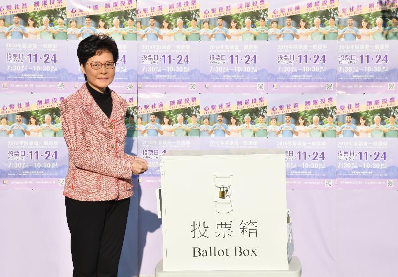 行政長官林鄭月娥今日(十一月二十四日)上午在中西區高主教書院為二○一九年區議會一般選舉投票。